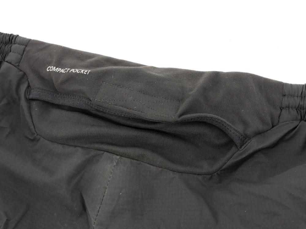 b2d1c7279bc C'est la seule partie de ce pantalon qui est faite d'une matière qui  pourrait garder l'eau. En gros, 2 rabats en tissu élastique avec fermeture  velcro.