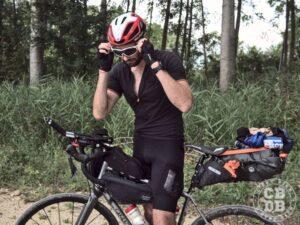 bikepacking maillot triban merinos et cuissard ozio titan avec velo origne trail et sacoches