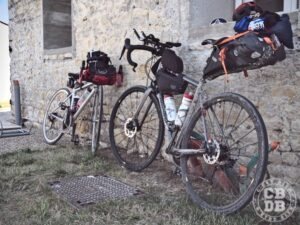 velos en configurations bikepacking avec sacoches et prolongateurs
