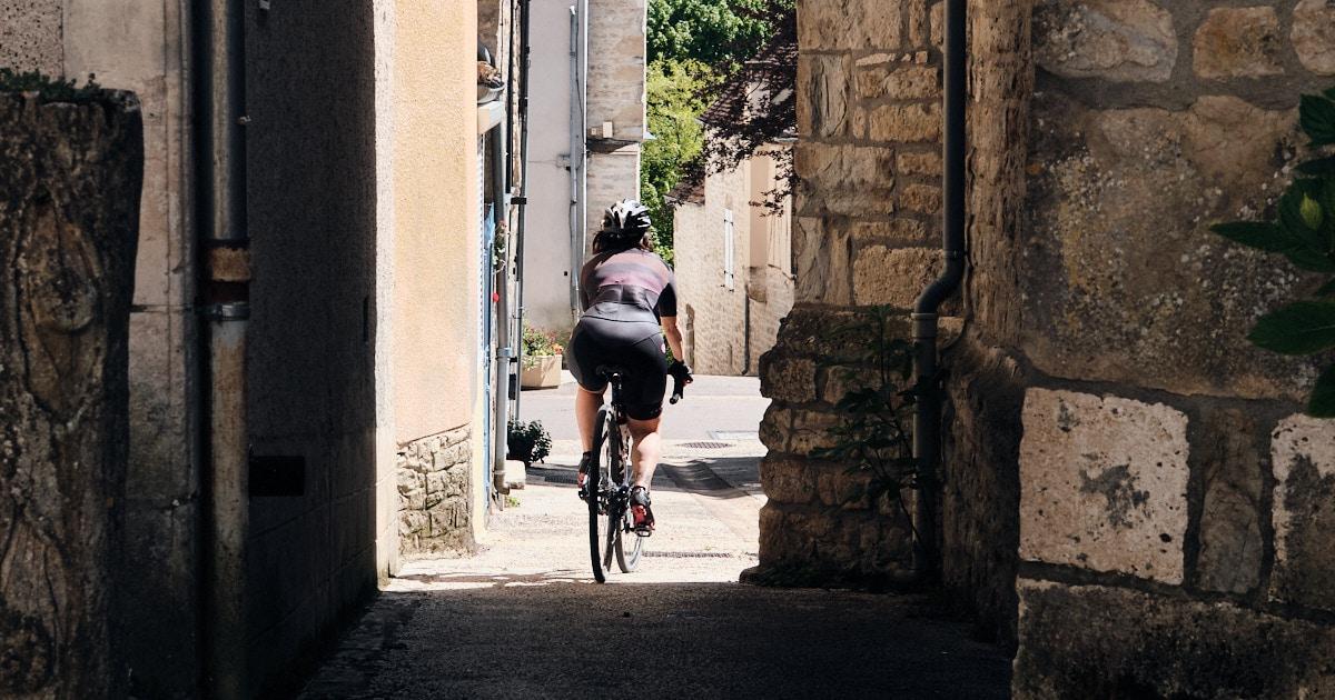 Le Lot à vélo : gros trou, village magnifique et tragédie